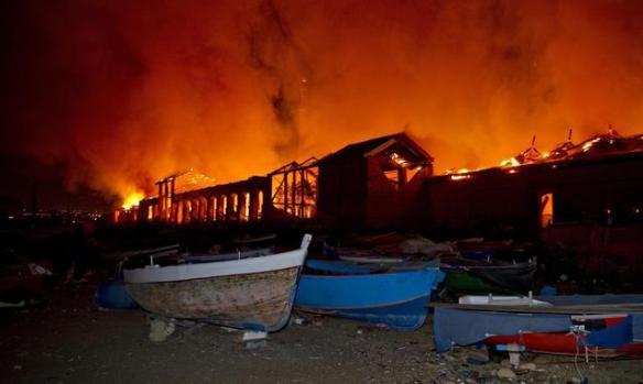L'incendio che ha distrutto la Città della Scienza di Napoli visto da una piccola spiaggiaCredits: ANSA/ CIRO FUSCO