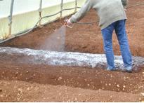 polimero spray su suolo agricolo