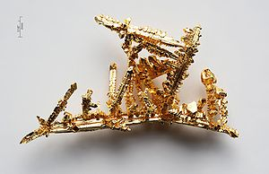 300px-Gold-crystals